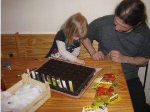 Děti zapojte do opakovaných činností co nejdříve. Sázení semínek je hra. - foto Josef Mareyi